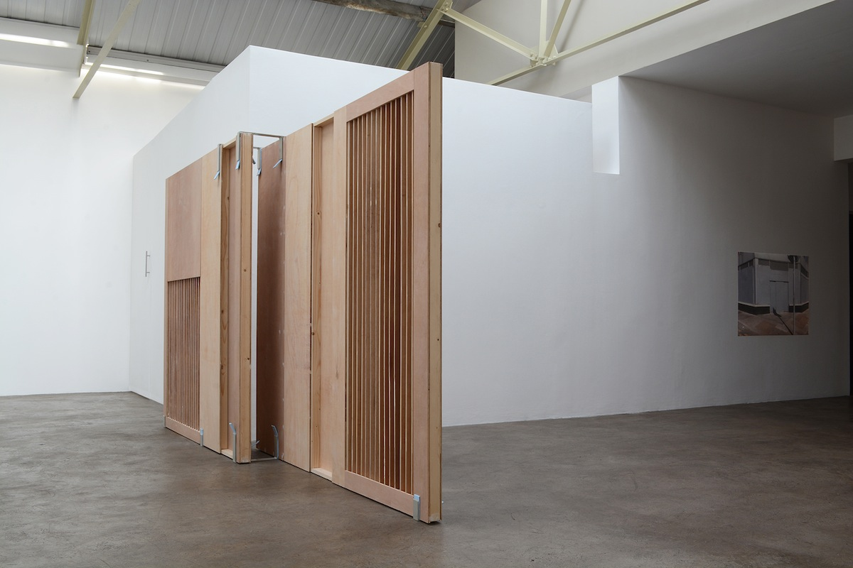 Áine McBride, Untitled (wall), 2018, plywood, timber, gesso, paint, welded mild steel fixings. Photo courtesy the artist and mother's tankstation Dublin | London.