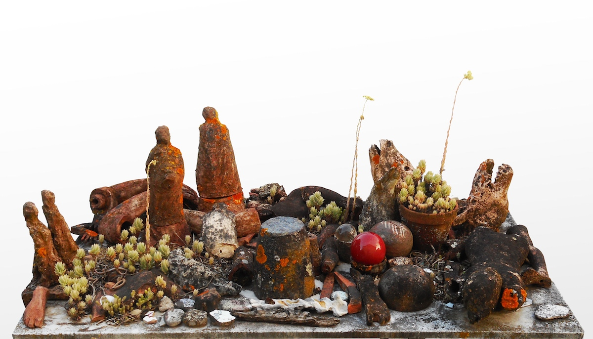 Janet Mullarney, Lenience (paessaggio di compassione), 1988-2018, Fired clay, plants, table and mixed media, Dimensions variable, Photography Nataly Maier, Image courtesy of the artist